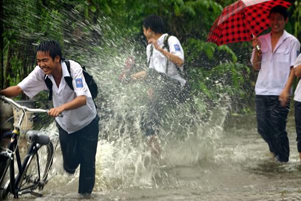 Trẻ em vui đùa dưới cơn mưa Sài Gòn